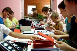 Дети сдают открытки в Вышегородской школе-интернате